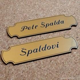 Zlaté jmenovky na dveře s ozdobným okrajem a laserováním jména na míru