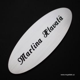 Stříbrná oválná cedulka na dveře od bytu s laserovaným jménem a příjimením