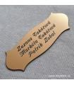Gravírování jména a přijmení na tři řádky do zlaté cedulky na vchodové dveře od bytu