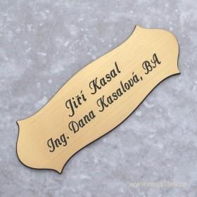 Gravírovaná cedulka se jménem k přilepení na vchodové dveře ve zlatém provedení