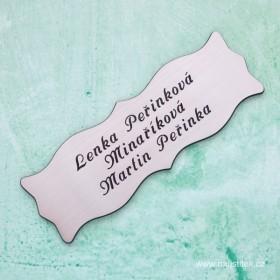 Stříbrný dveřní štítek s gravírováním jména a přijmení