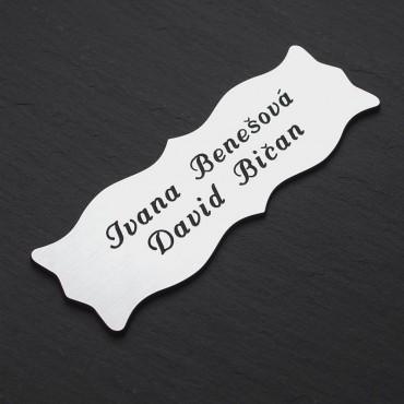 Stříbrná cedulka se jménem s přijmením s oboustrannou lepicí páskou k přilepení nejen na vchodové dveře
