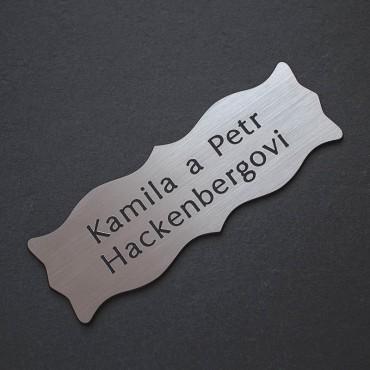 Stříbrný štítek s černým jménem s přijmením s oboustrannou lepicí páskou k přilepení na vchodové dveře