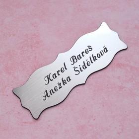 Stříbrná jmenovka s gravírováním jména a přijmení na vchodové dveře