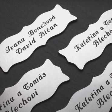 Stříbrné jmenovky s gravírováním jména a přijmení na vchodové dveře