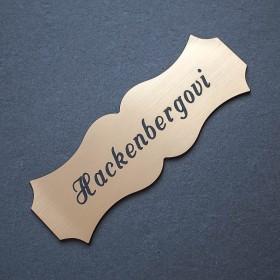 Zlatá jmenovka s gravírováním jména a přijmení je ideální k označení vchodových dveří