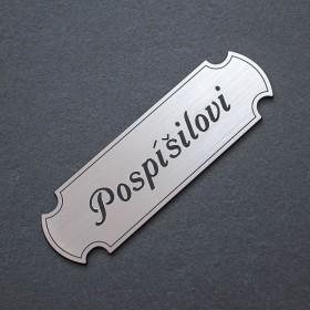 Stříbrná jmenovka s gravírováním jména a přijmení je ideální k označení vchodových dveří