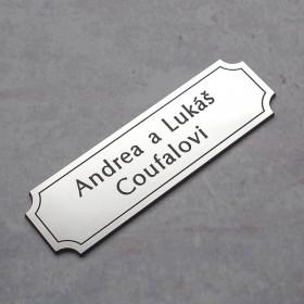 Nalepovací cedulka se jménem k označení vchodových dveří rodinného domu